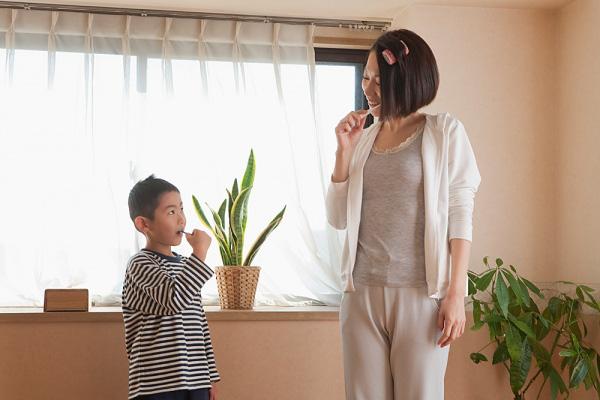 Cha mẹ làm mẫu đến khi bé có thể tự chải răng một mình