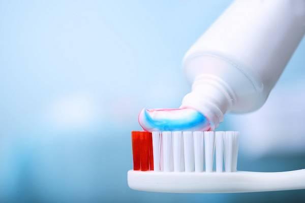 Fluor có nhiều trong kem đánh răng làm đổi màu răng