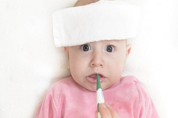 Khi bị sốt mọc răng nên lau mát hạ sốt cho bé bằng nước ấm