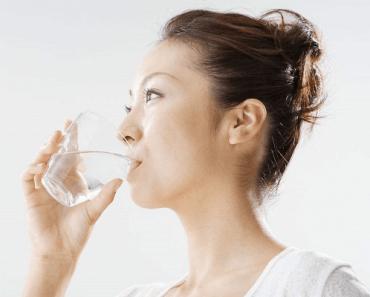 Súc miệng nước muối sẽ giúp bạn làm sạch được toàn bộ khoang miệng một cách triệt để