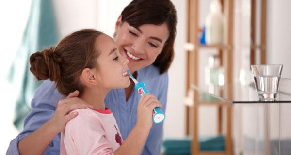 Bố mẹ nên dành thời gian hướng dẫn trẻ cách đánh răng bằng bàn chải điện