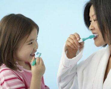 Người lớn nên dạy bé cách đánh răng
