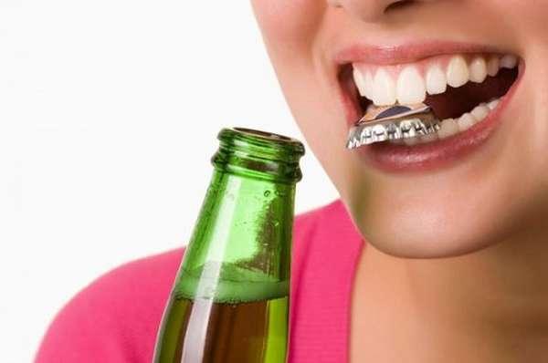 Thói quen dùng răng để mở nắp chai có thể làm răng sứ bị sứt mẻ