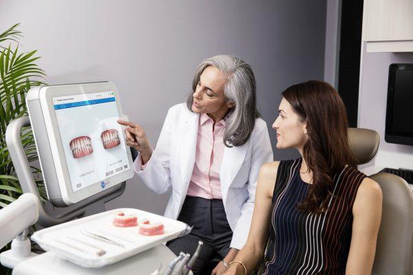 Bác sĩ phân tích sự thay đổi sau khi niềng răng cho bệnh nhân