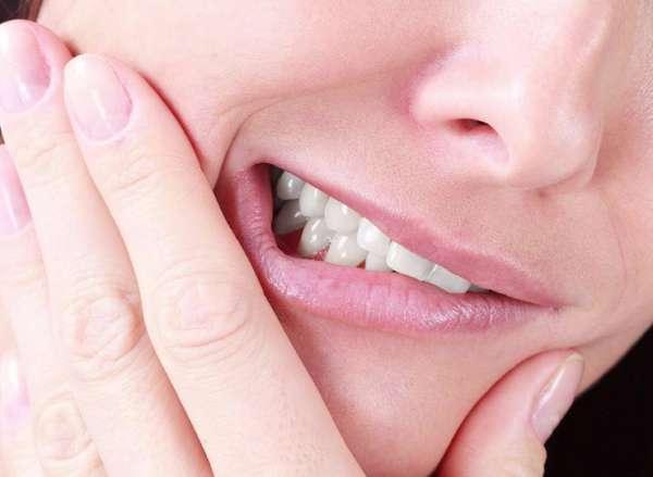 Nghiến răng làm tăng nguy cơ nứt, vỡ răng sứ