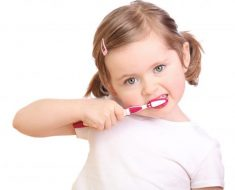 Trẻ đánh răng sai cách