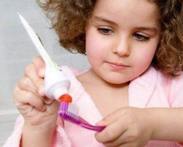 Dùng một lượng kem đánh răng vừa đủ khi chăm sóc răng miệng cho trẻ