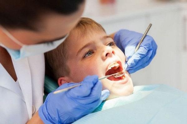 Cần điều trị sâu răng cho trẻ