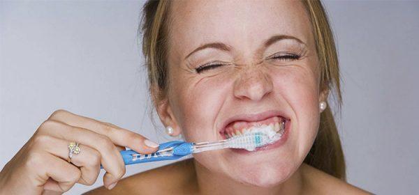 Đánh răng bằng bàn chải lông mềm bạn cũng có thể cảm thấy ê buốt răng