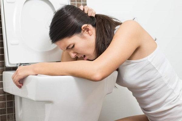 Khi mang thai, tình trạng ói mửa sẽ khiến axit trong bao tử trào ngược